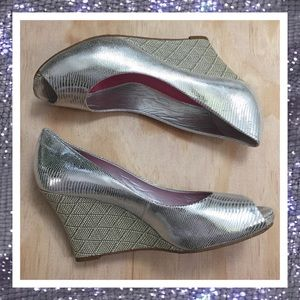 LILLY PULITZER SILVER RESORT CHIC WEDGE HEELS 9M